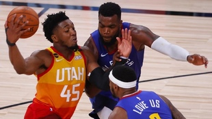 Donovan Mitchell, atacando la defensa de los Nuggets. AFP