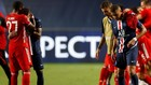 Neymar y Mbappé son consolados al término de la final.