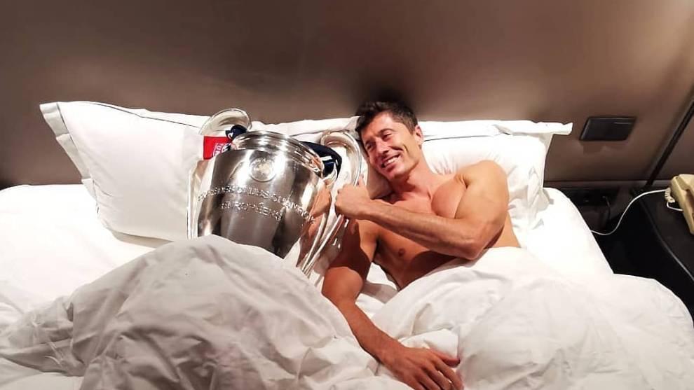 Lewandoski posa con el trofeo de la Champions en la cama