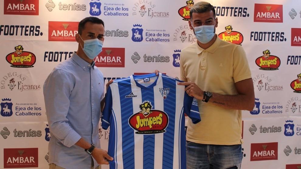Linares y Javi Álamo posan con su nueva camiseta del Ejea.