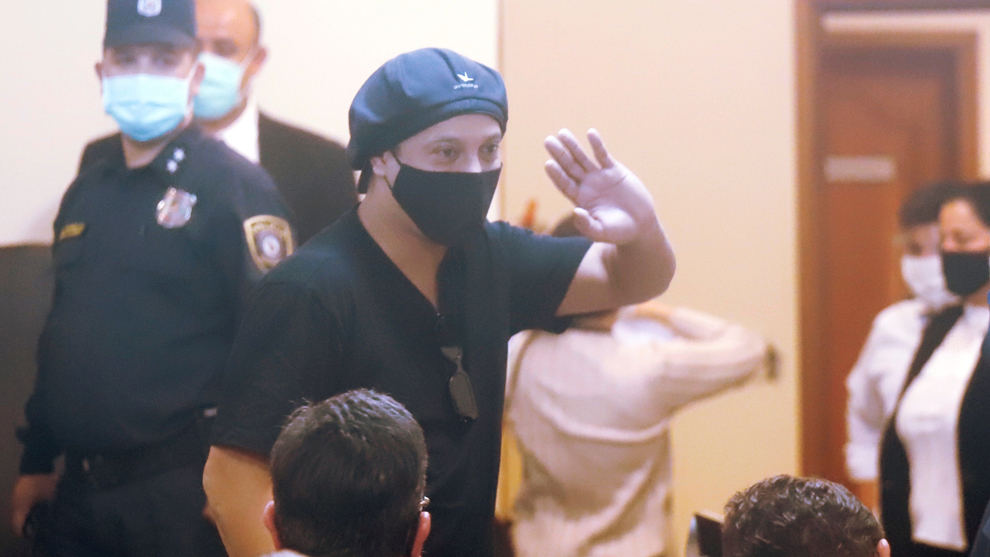 Ronaldinho Gaúcho saluda al final de una audiencia en el Palacio de...