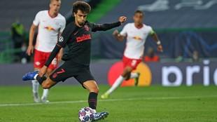 Joao Félix lanza el penalti que marcó al Leipzig.