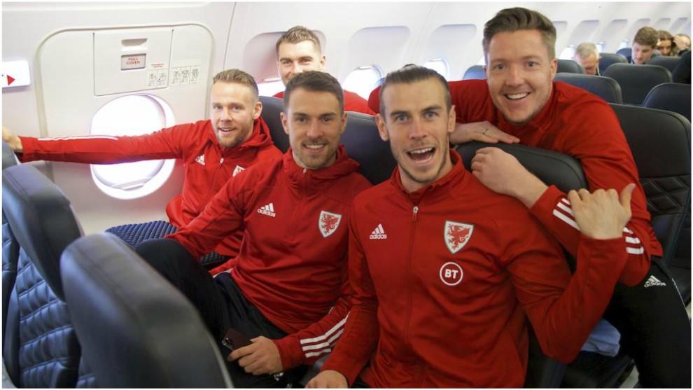 Bale, junto a sus compañeros de selección durante un viaje.