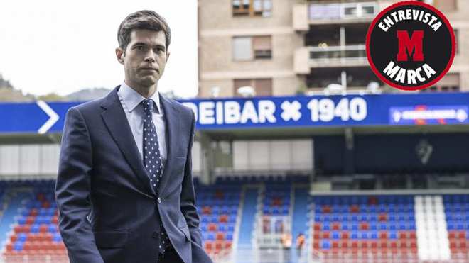 César Noval, en Ipurúa antes de dirigir un Eibar-Madrid.