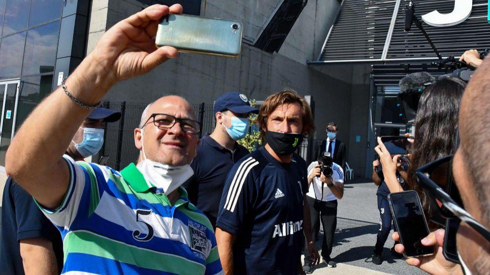 Pirlo se fotografía con un fan juventino.