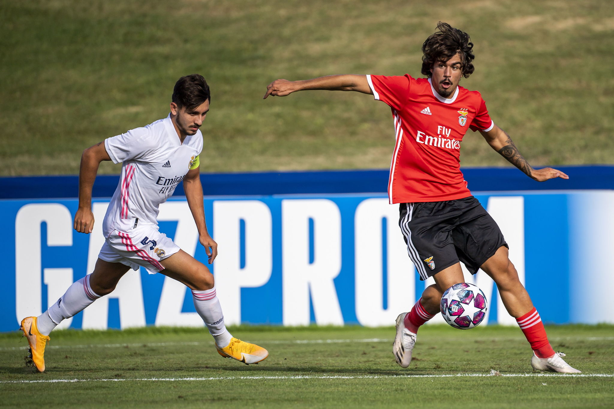 Nyon (Switzerland Schweiz Suisse), 25/08/2020.- Real Madrids defender Victor Chust, left, in action against Benficas forward Tiago Araujo, right, during the UEFA lt;HIT gt;Youth lt;/HIT gt; League final soccer match between SL Benfica from Portugal and Real Madrid CF from Spain at the Colovray Sports Centre stadium in Nyon, Switzerland, 25 August 2020. (España, Suiza) EFE/EPA/JEAN-CHRISTOPHE BOTT