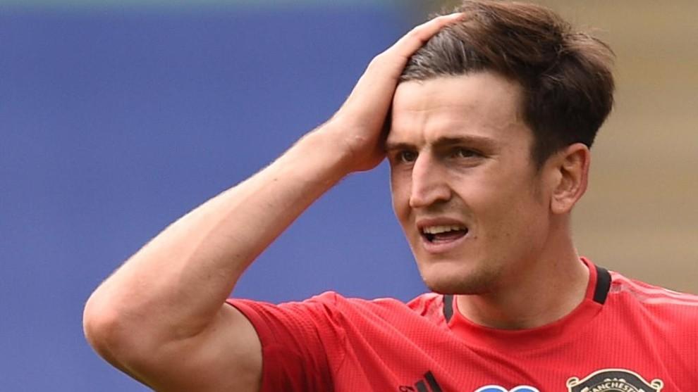 Harry Maguire, capitán del Manchester United, se lleva la mano a la...