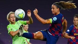 Alexia Putellas intenta golpear un balón ante la oposición de una...