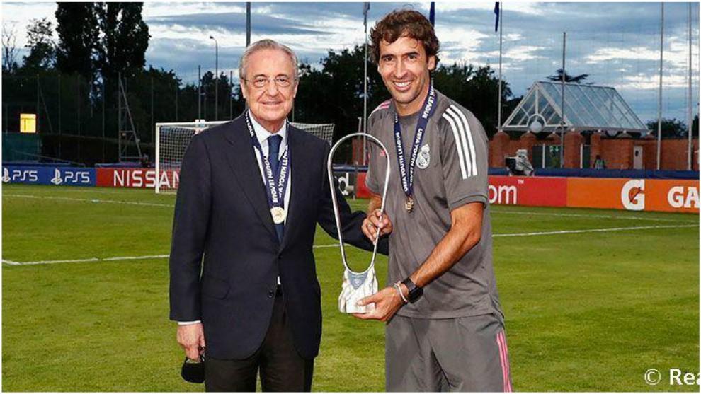 Raúl posa junto a Florentino Pérez con el trofeo de la Youth League.