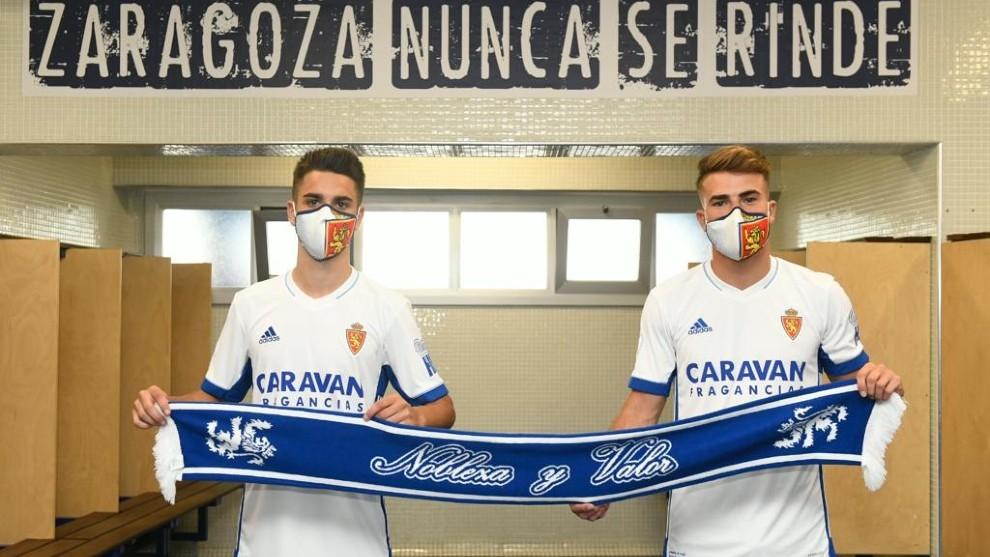 Sergio Bermejo y Pep Chavarrí posan con su nueva camiseta del Real...