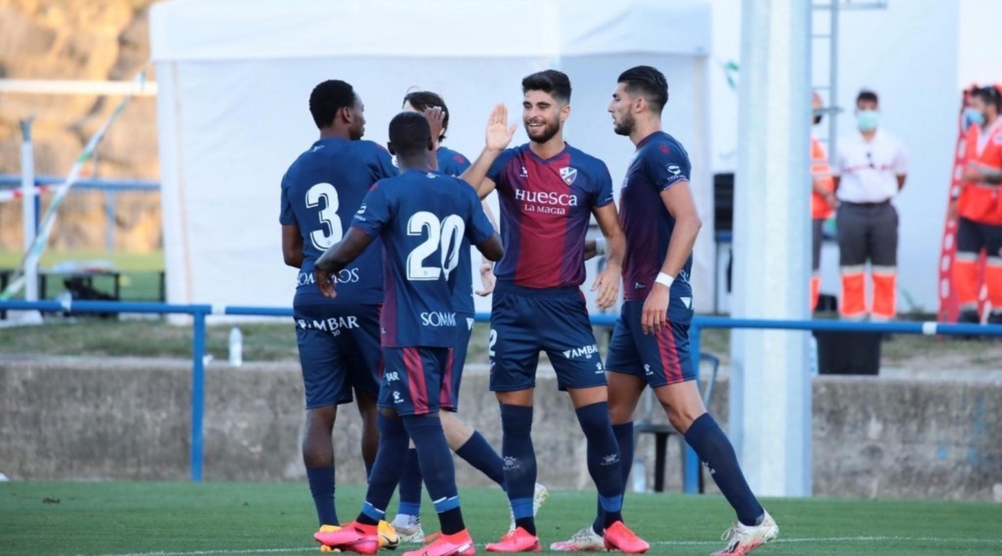 Los jugadores del Huesca celebran uno de los goles ante el Alavés