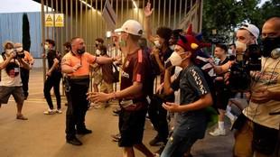 Máxima tensión: ¡una multitud de aficionados se cuela en el Camp Nou!