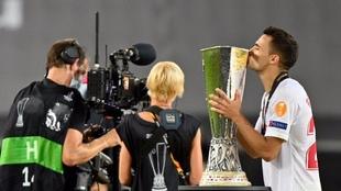 Sergio Reguilón, besando la copa de la Europa League. AFP