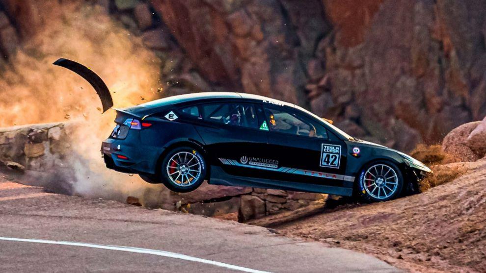 Un Tesla Model 3, 'despeñado' en los entrenamientos de Pikes Peak