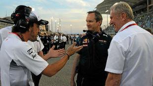 Fernando Alonso y Helmut Marko, junto a Paul Monaghan, en el GP de...