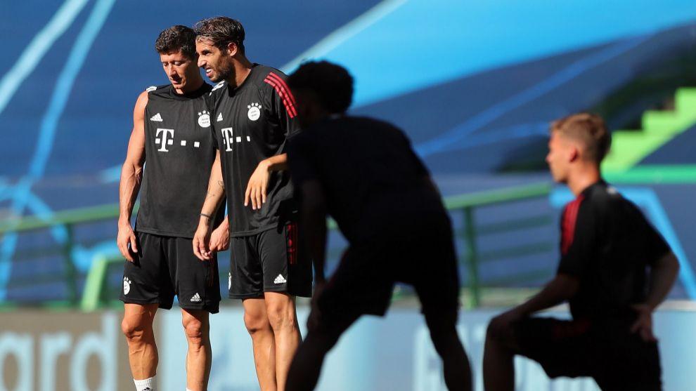 Javi Martinez junto a Lewandowski en el entrenamiento previo a la...