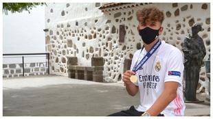 Pablo Rodríguez, posando para MARCA con la medalla de campeón de la...