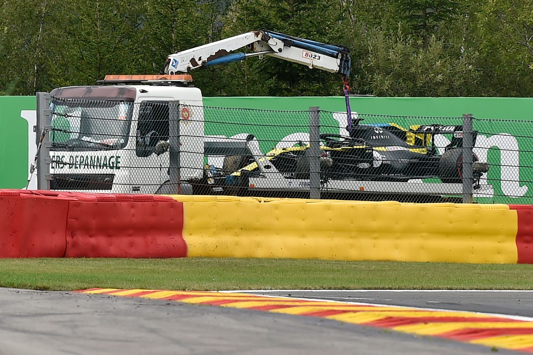 The car of Renaults Australian driver Daniel lt;HIT gt;Ricciardo lt;/HIT gt; is transported off the track after he stopped the car following loss of hydraulic pressure during the second practice session at the Spa-Francorchamps circuit in Spa on August 28, 2020 ahead of the Belgian Formula One Grand Prix. (Photo by JOHN THYS / POOL / AFP)