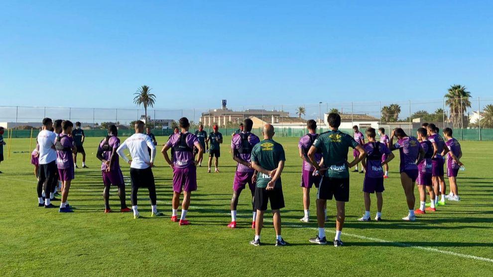 Luis García Plaza se dirige a sus jugadores en un entrenamiento...