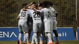 Los jugadores del Valencia celebran el primer gol de Maxi.