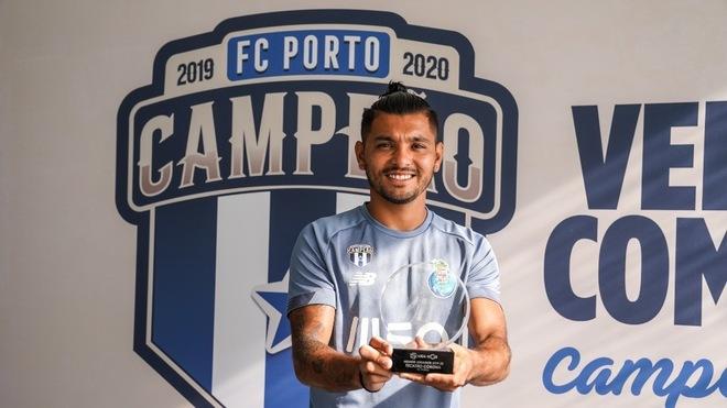 Tecatito Corona con el premio al mejor jugador de la Liga NOS 2019-20.