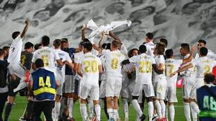 Los jugadores del Real Madrid celebran el título de Liga en el...