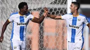 Omeruo celebra su gol con Sabin Merino.