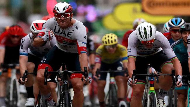 Una escabechina para empezar: Kristoff,  primer maillot amarillo del Tour