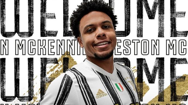 McKennie posa con la camiseta de la Juventus.