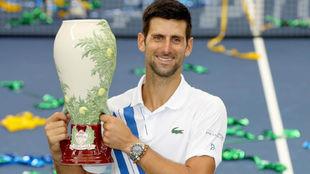 Djokovic, con el trofeo de Cincinnati