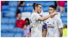 Bale y James charlan durante un calentamiento previo a un partido con...