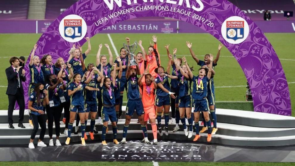 Las jugadoras del Olympique Lyonnais levantan el título de campeonas...