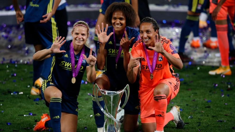 Le Sommer, Renard y Bouhaddi, con la copa de campeonas de Europa.