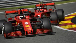 Vettel y Leclerc, durante la carrera en Spa.