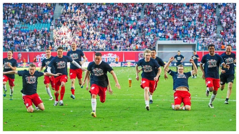 Los jugadores del Leipzig celebran su ascenso a Bundesliga en 2016.