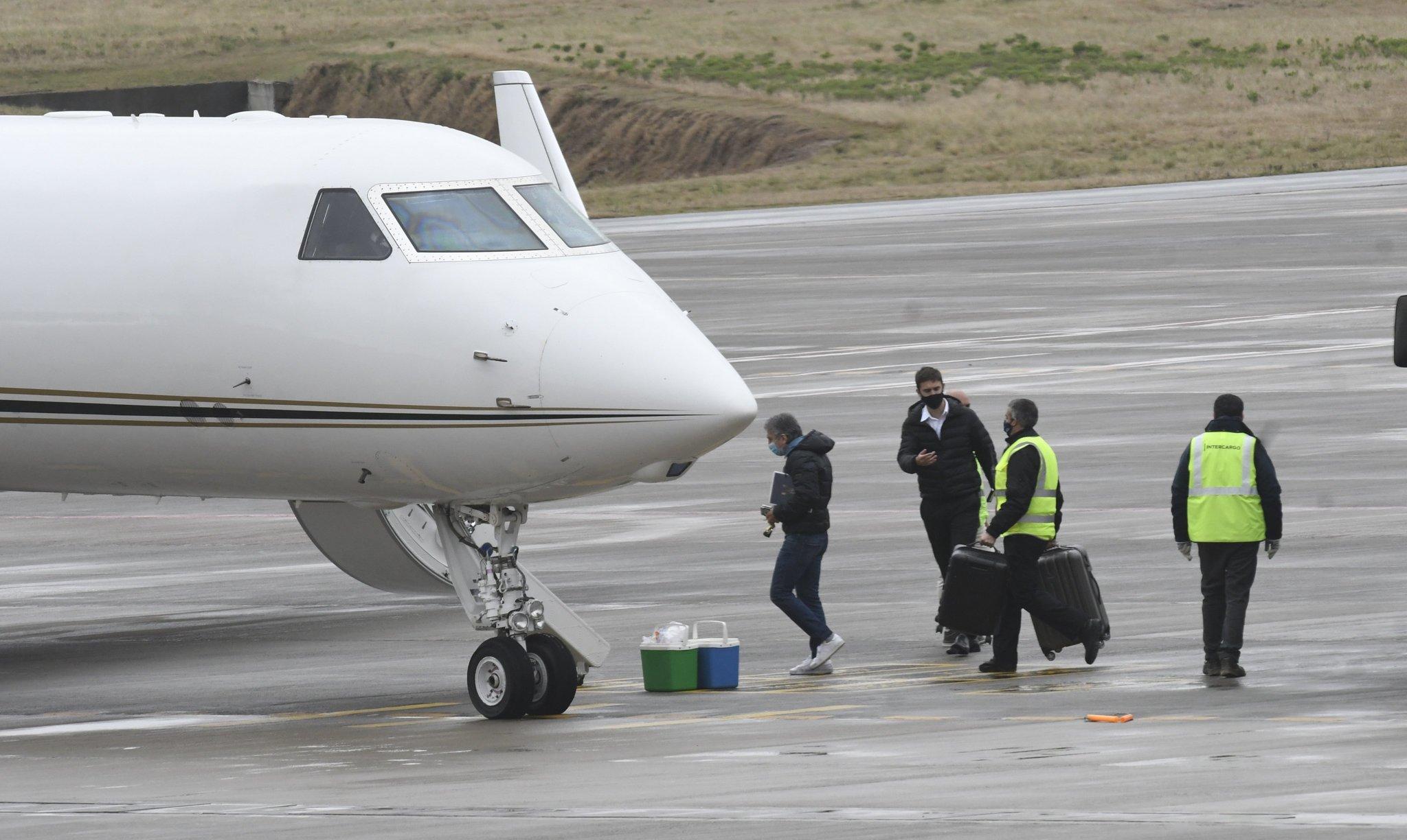 El padre de Messi subiendo al avión.