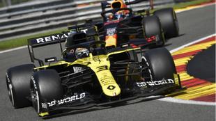Ricciardo, por delante de Albon, en Spa.