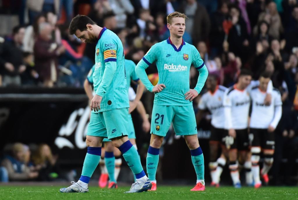 Leo Messi y Frenkie de Jong durante el partido del Barcelona en Mestalla (2020).