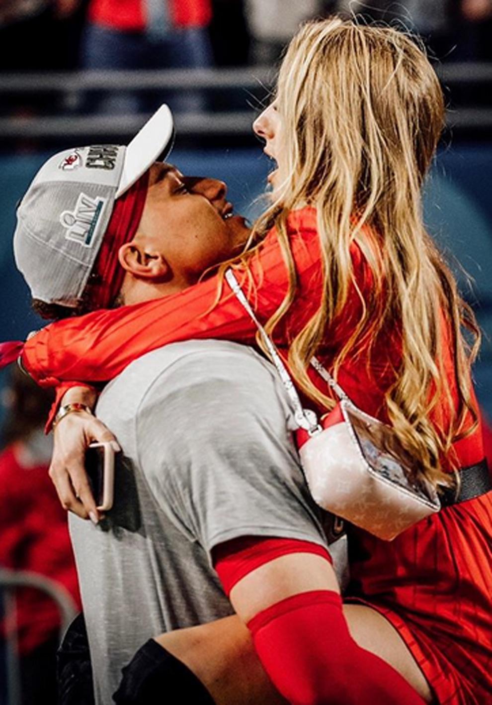 Patrick Mahomes tras ganar la Super Bowl abrazando a Brittany Matthews