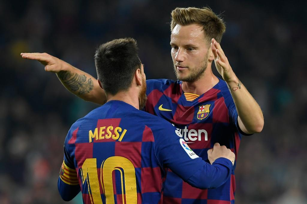 Rakitic abraza a Messi en un FC Barcelona - Real Valladolid (2019)
