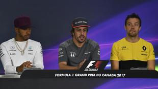 Alonso, en el centro, flanqueado por Hamilton y Palmer.