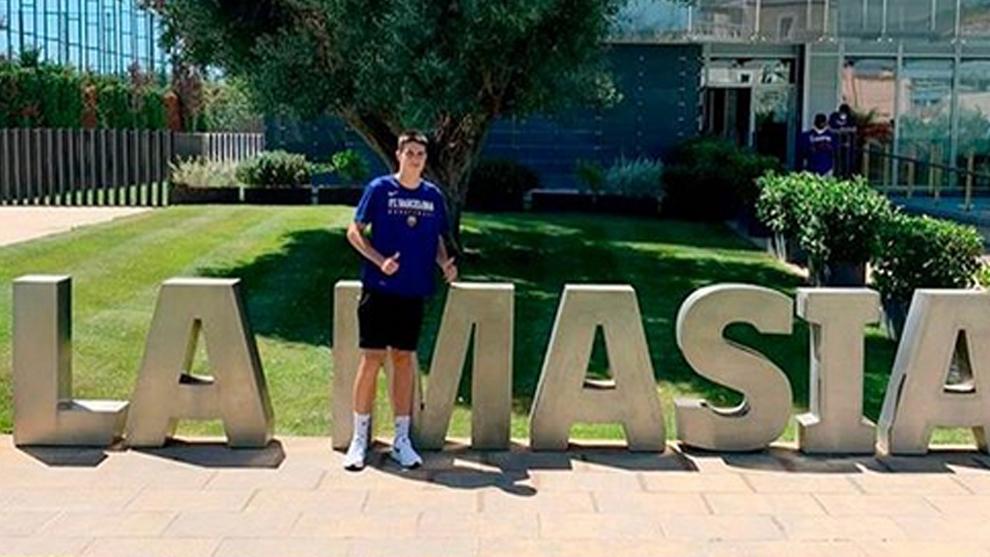 El jugador cadete Adrià Cano posando en La Masía tras fichar por el...