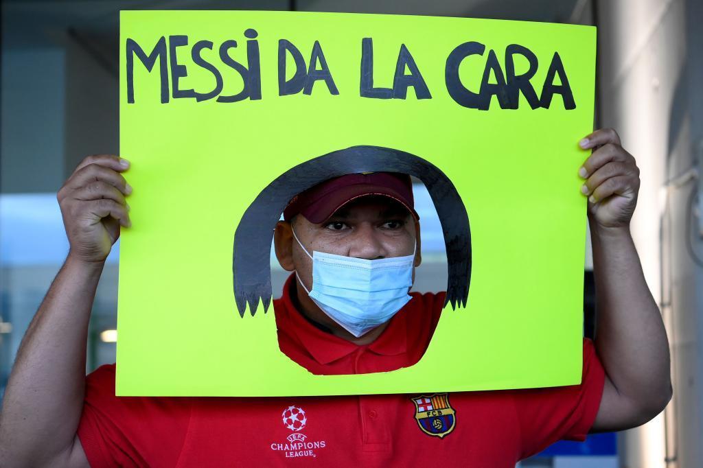 Un aficionado mostró a Jorge Messi esta pancarta con la que pide a Leo que de la cara.