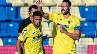 Iborra felicita a Coquelin tras el primer gol del Villarreal.