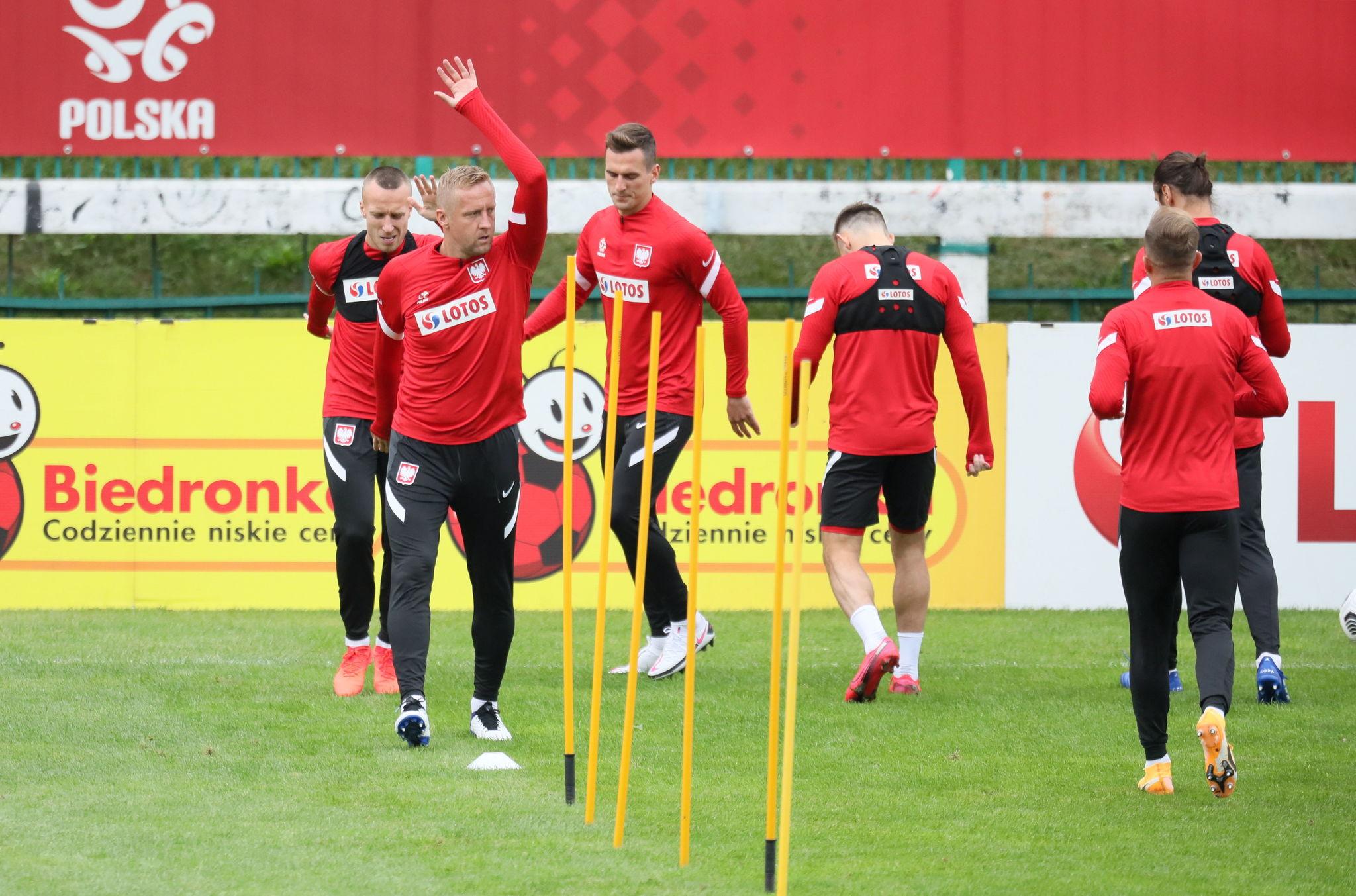 Warsaw (Poland), 02/09/2020.- Polish national soccer team player Kamil Glik (L) warm-up during their team's training session in Warsaw, Poland, 02 September 2020. Poland will face Netherlands in their UEFA lt;HIT gt;Nations lt;/HIT gt; lt;HIT gt;League lt;/HIT gt; soccer match on 04 September in Amsterdam. (Países Bajos; Holanda, Polonia, Varsovia) EFE/EPA/LESZEK SZYMANSKI POLAND OUT