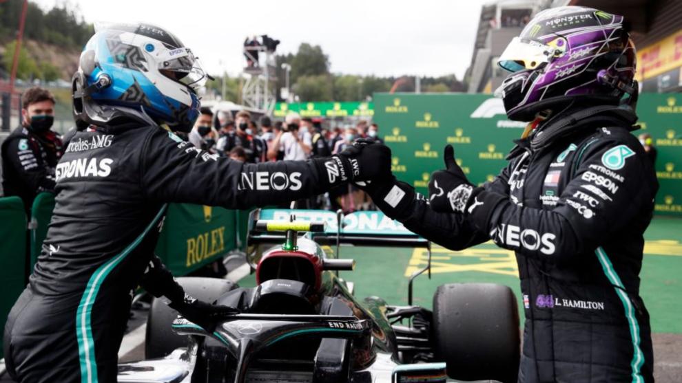 Bottas choca la mano con Hamilton tras el GP de Bélgica.