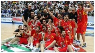 La selección española de baloncesto, celebrando el título mundial....