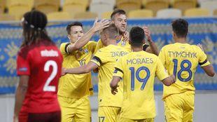 Los jugadores ucranianos celebran un gol