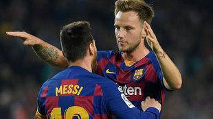 Rakitic abraza a Messi en su etapa como jugador del Barcelona.