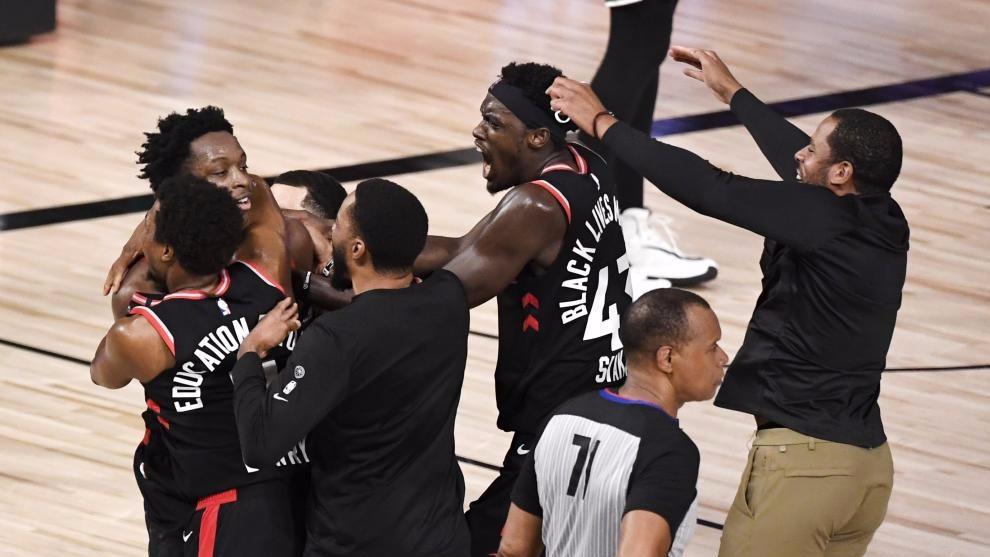 Los jugadores de los Raptors, celebrando la canasta de Anunoby. AFP
